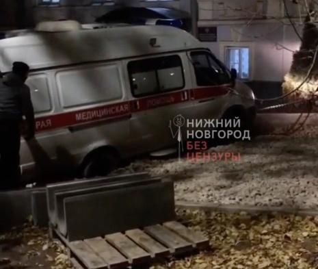 Скорая помощь провалилась в яму в центре Нижнего Новгород...