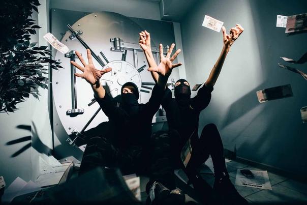 Двое с пистолетами совершили нападение на банк в Н...