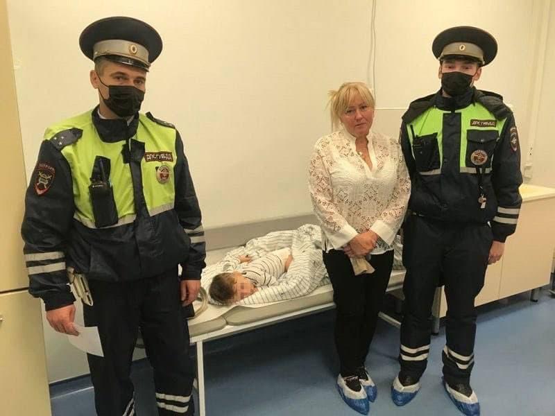 В Москве на двух скромных героев больше: инспекторы ДПС покинули место службы, чтобы спасти жизнь ребенку