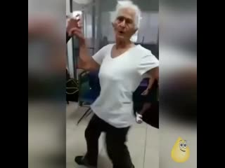Танцуй пока молодая😂