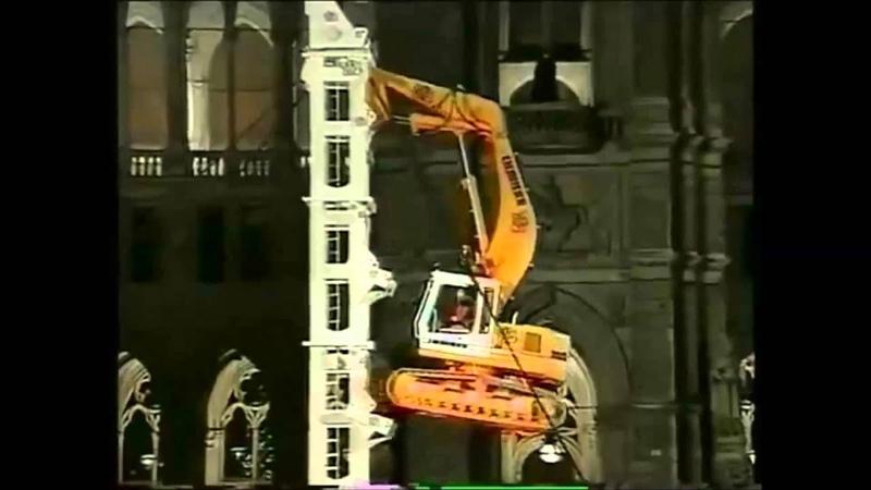 Экскаватор лезет на башню аренда экскаватора на