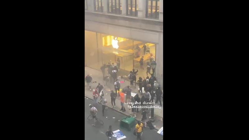 Протестующие грабят магазин Apple Протесты в Миннеаполисе