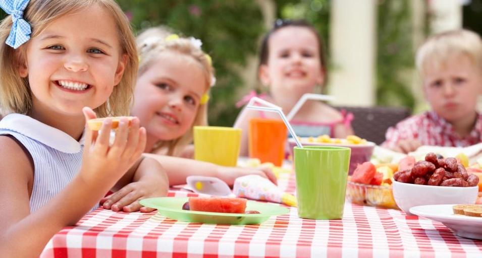 Детское игровое оборудование может включать столы для пикника.