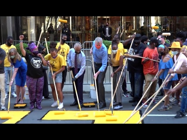 Umstrittene Aktion New Yorker Bürgermeister malt Black Lives Matter vor Trump Tower