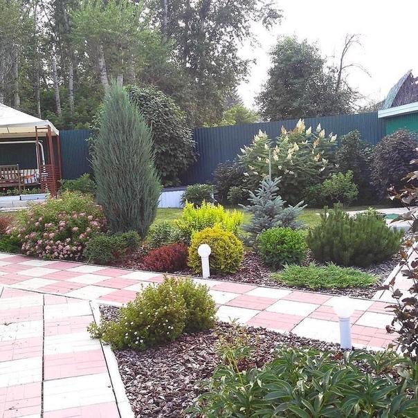 Простота в деталях и в тоже время, всё просто, но со вкусом Хорошо подобранный ассортимент растений в саду будет радовать вас с весны до осени.Сочетание хвойных с лиственными всегда будет