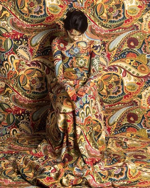 Перуанская художница и фотограф Сесилия Паредес использует драпировки и боди-арт, чтобы «раствориться» в своих фотографиях Затейливые цветочные орнаменты могут казаться главными героями